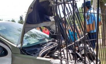 Un auto conducido por un menor se incrustó en una vivienda