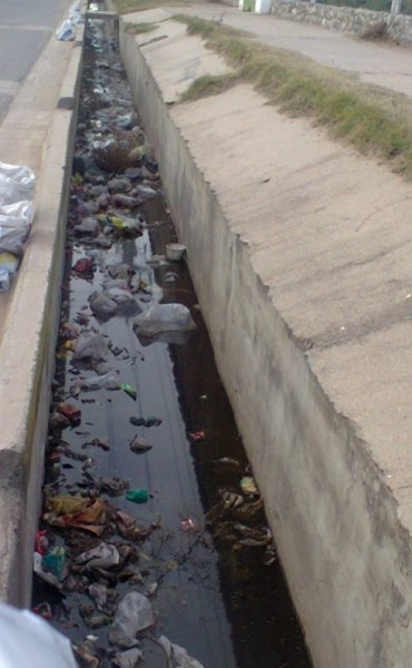 Piden por la limpieza del canal de desagüe