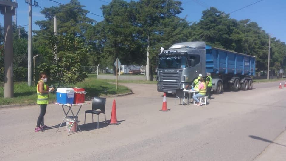 Vecinos solidarios: Preparan viandas y se las entregan a los camioneros