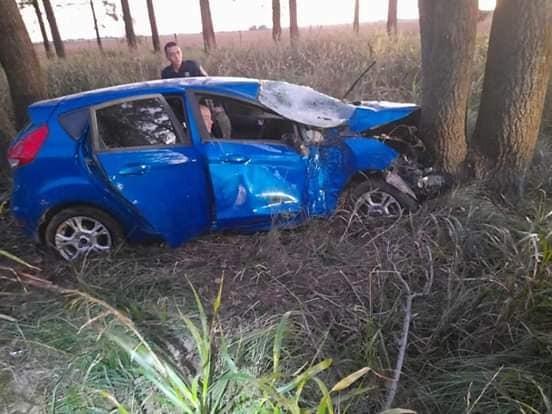 Vehículo despistó e impactó contra un árbol. Viajaban tres policías