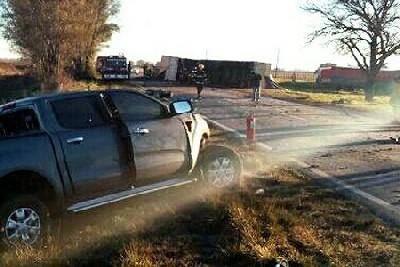 Un vecino de San Basilio murió al chocar una chata con un camión