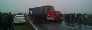 Un estudiante tucumano murió tras chocar el micro en el que volvía de Bariloche contra un camión