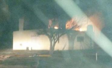 Se prendió fuego una casa en la zona rural
