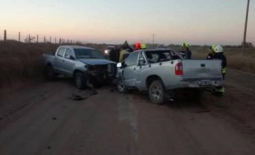 Chocan dos camionetas en zona rural. Un herido