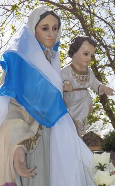 Durante la novena, Adelia María rinde honor a su Santa Patrona