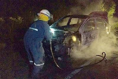 Un auto se quemó por completo entre San Basilio y Adelia