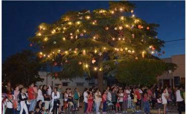 El pino de la Parroquia fue iluminado